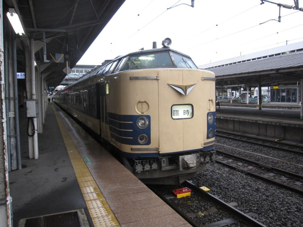 福島駅で発車を待つ583系新幹線リレー号